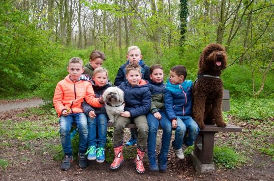 De groepsfoto samen met de honden op de bank.